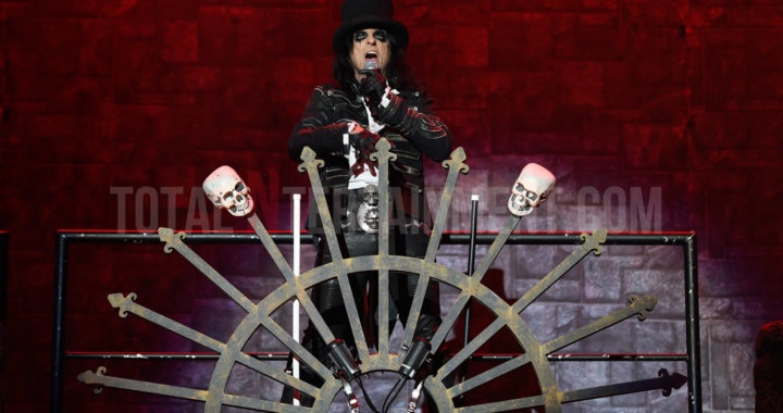Alice cooper kicks off his tour in Manchester