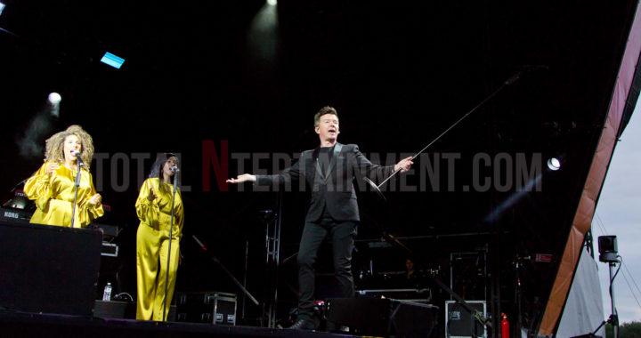 Rick Astley 'Keeps Singing' despite technical issues at Haydock