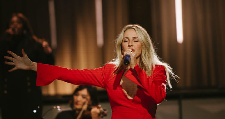 Ellie Goulding wows fans with live stream